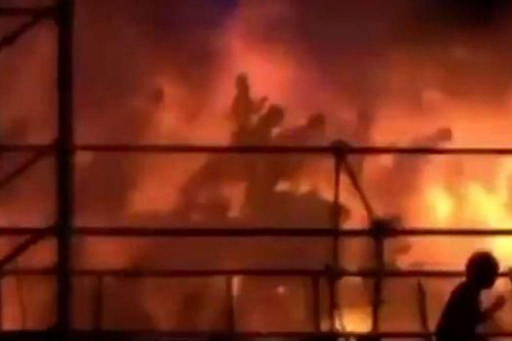API BESAR: Letupan dipercayai akibat sejenis serbuk yang disembur ke pentas mencetuskan kebakaran sebelum menyambar ke arah lebih 1,000 penonton konsert itu (gambar).  - Foto-foto REUTERS