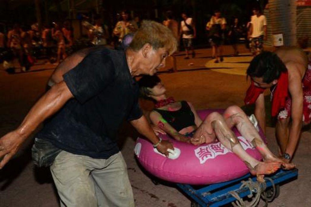 Di atas pula kelihatan penonton yang cedera dibawa untuk rawatan akibat letupan di konsert muzik di Taman Tema Air Formosa, semalam. - Foto-foto REUTERS