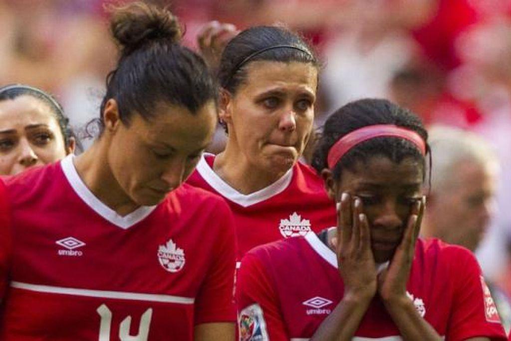 WAJAH KECEWA: Pemain-pemain Canada termasuk Melissa Tancredi (jersi 14) dan Ashley Lawrence (jersi 22) penuh hampa di akhir perlawanan. - Foto AFP