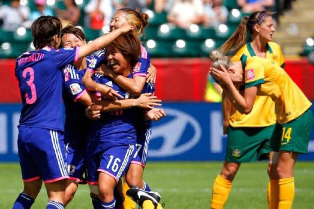 SRIKANDI DIPELUK: Srikandi gol kemenangan Jepun, Mana Iwabuchi (jersi 16), dipeluk rakan-rakannya lain sedang pemain Australia (jersi kuning) tidak dapat menyembunyikan kekecewaan mereka. - Foto AFP