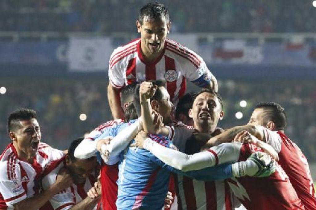 WIRA DIKERUMUNI: Wira Paraguay, Derlis Gonzalez (kanan, terselindung), dikerumuni dan dipeluk rakan-rakan lain sebaik kemenangan hebat ke atas Brazil semalam. - Foto REUTERS