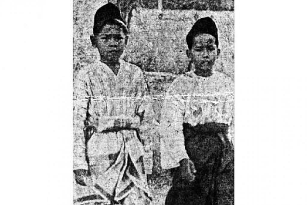 "BERSAMA RAKAN: Cikgu Ariff (kiri) dan rakannya, Mohd Salleh Hussain, tertera pada The Straits Times Annual 1938 dengan kapsyen ""Malay school boys of the rising generation, in whose hands the future of Malay people rests"" (Murid Melayu merupakan generasi yang bangkit dan penentu masa depan bangsanya). – Foto THE STRAITS TIMES"