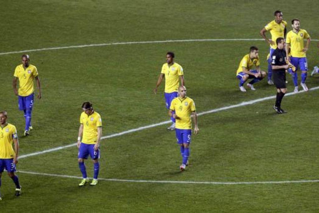 APA DAH KENA?: Para pemain Brazil begitu kecewa meninggalkan padang - dan meninggalkan kejohanan Copa Amerika ini - selepas tewas kepada Paraguay melalui babak penalti. - Foto REUTERS