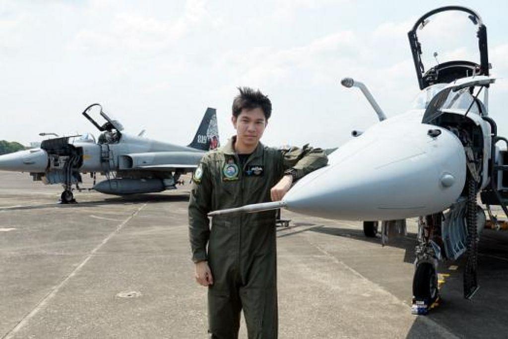 SKUADRON PEJUANG TERBAIK: Kapten Iskandar merupakan sebahagian Skuadron 144 RSAF yang menerima anugerah Skuadron Pejuang Terbaik dalam Pertandingan Unit Terbaik SAF tahun ini. - Foto JOHARI RAHMAT