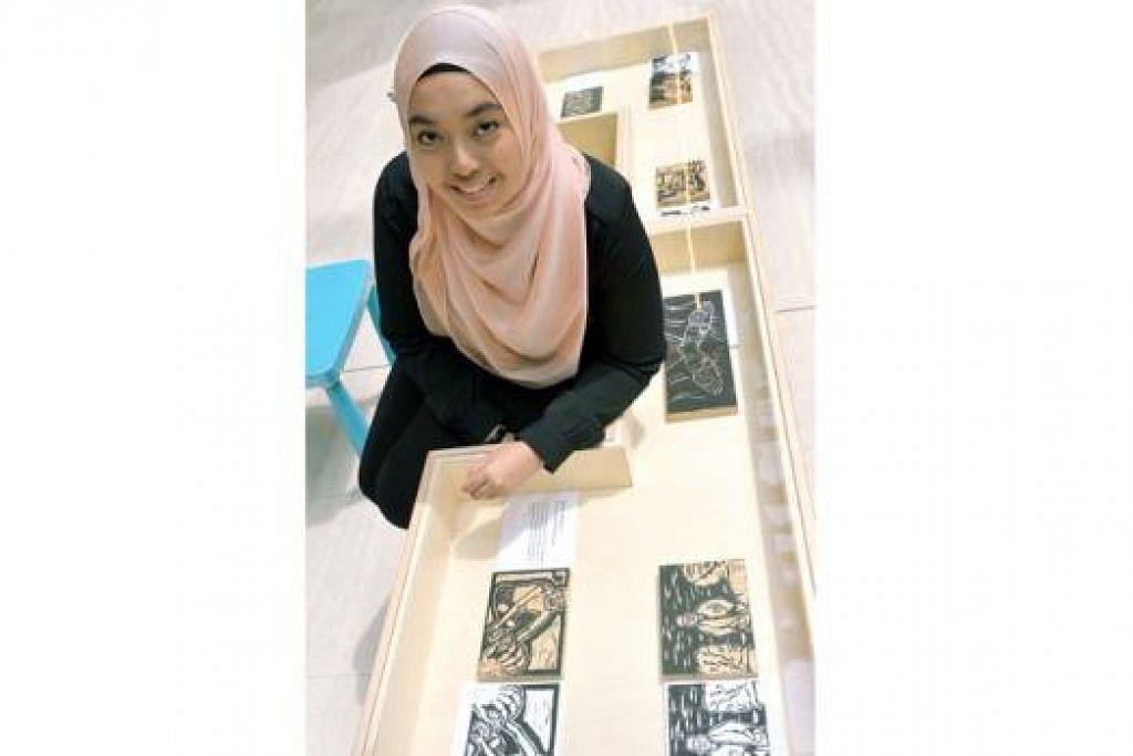 ABADIKAN KISAH DATUK: Cik Nur Assurah Mohd Azam mengukir kenangan pahit manis tentang datuknya, Encik Ahmad Rabu, pada blok kayu yang kini dipamerkan di kekotak kaca Muzium Negara. - Foto KHALID BABA