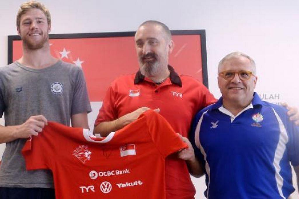 CENDERAHATI: (Dari kiri) Kevin Cordes bersama jurulatih nasional, Sergio Lopez, dan Ketua Institut Sukan Singapura (SSI), Bob Gamberdella. - Foto TAUFIK A. KADER