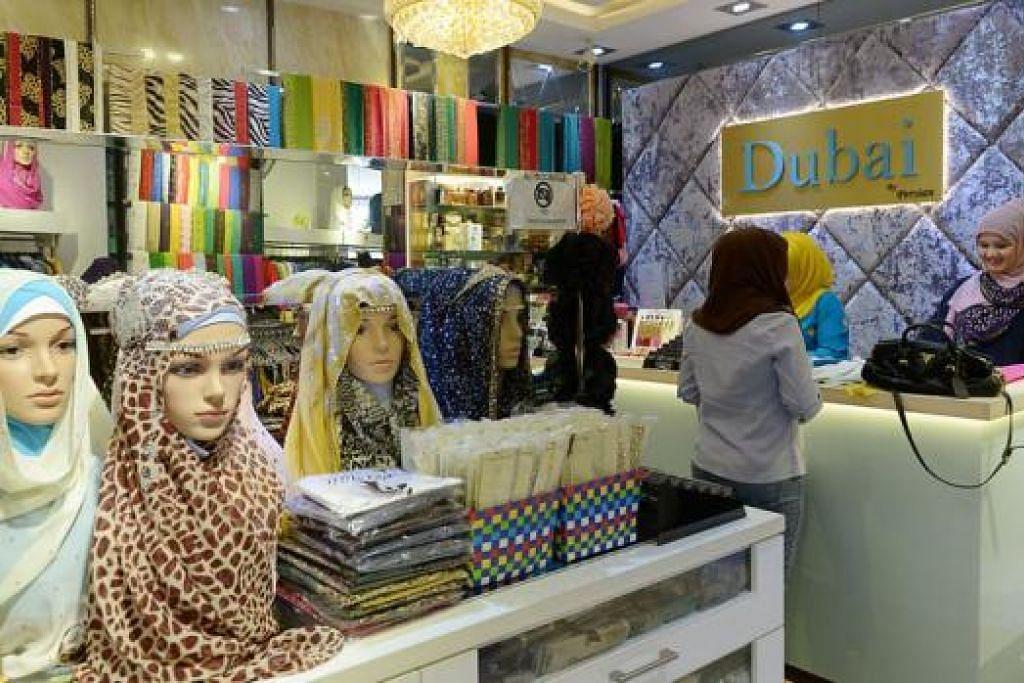 PERNIAGAAN RANCAK: Cik Siti (di kaunter membayar) berkata pelanggan berbelanja lebih awal disebabkan cuti sekolah bulan Jun. - Foto TUKIMAN WARJI