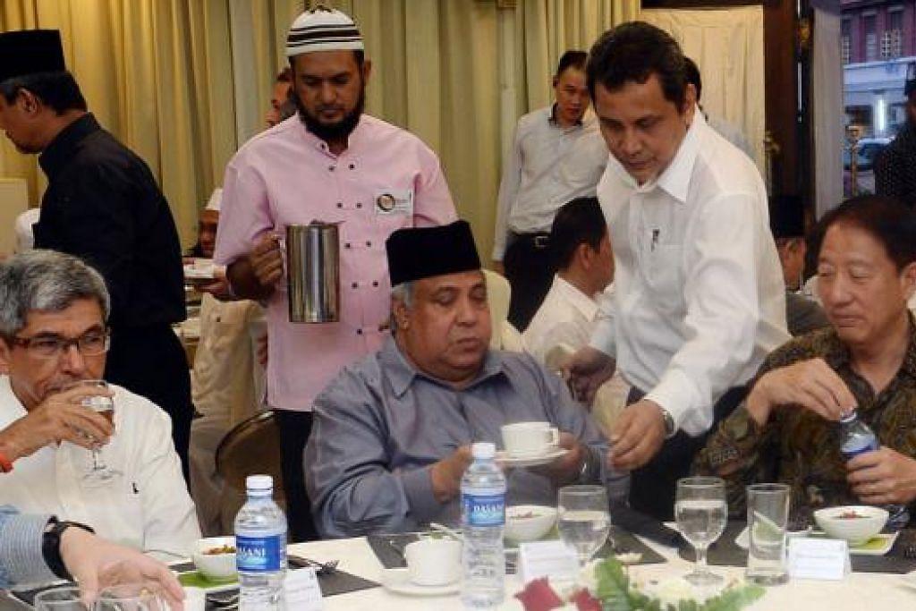 IFTAR:(Dari kanan) Encik Teo, Ustaz Haji Ali dan Dr Yaacob di majlis berbuka puasa anjuran RRG di Masjid Khadijah.
