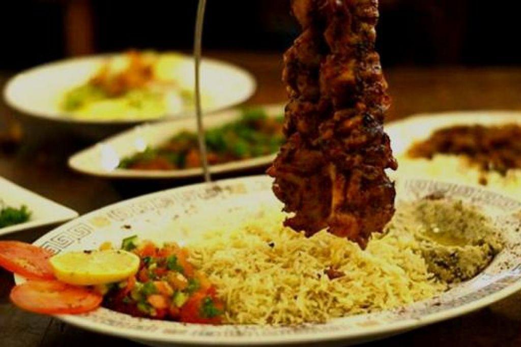 MIX BBQ KEBAB: Hidangan ini disajikan dengan cara menarik dan enak dimakan.