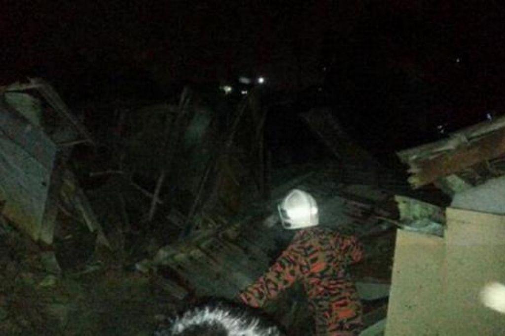 MUSNAH AKIBAT TANAH RUNTUH: Enam rumah setinggan musnah dalam kejadian tanah runtuh di Larkin, awal pagi semalam. - FOTO BHM