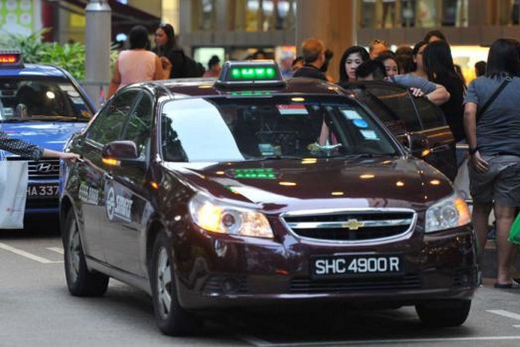 TUKAR CARA KIRA: LTA kini mengira kebolehsediaan teksi berdasarkan jumlah teksi sesebuah syarikat teksi yang telah disewa. - Foto fail