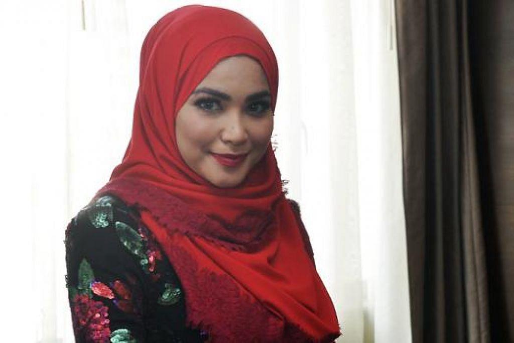 RAJIN LAYAN ANAK: Pelakon Ayu Raudhah berkata anak sulungnya suka menonton bapanya, pemain bola sepak Johor Darul Takzim, Zaquan Adha, beraksi dan mahu mengenakan jersi dengan nama bapanya. - Foto KHALID BABA