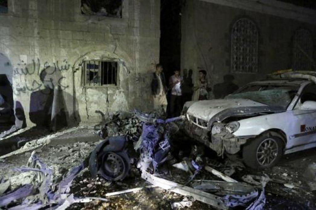 KESAN SERANGAN: Sebuah kereta rosak teruk akibat serangan bom di Sanaa, ibu kota Yaman, kelmarin. - Foto REUTERS