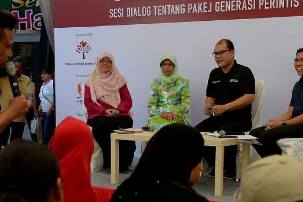PANEL MELERAIKAN KEKELIRUAN: (Dari kiri) Presiden Persatuan Pemudi Islam Singapura (PPIS), Cik Rahayu Mohamad; Speaker Parlimen, Cik Halimah Yacob; pengerusi acara, Encik Othman Bohari; dan Menteri Negara (Pembangunan Negara merangkap Pertahanan), Dr Mohamad Maliki Osman; dalam acara 'Sembang Petang' bagi menjelaskan perihal Pakej Generasi Perintis. - Foto TUKIMAN WARJI
