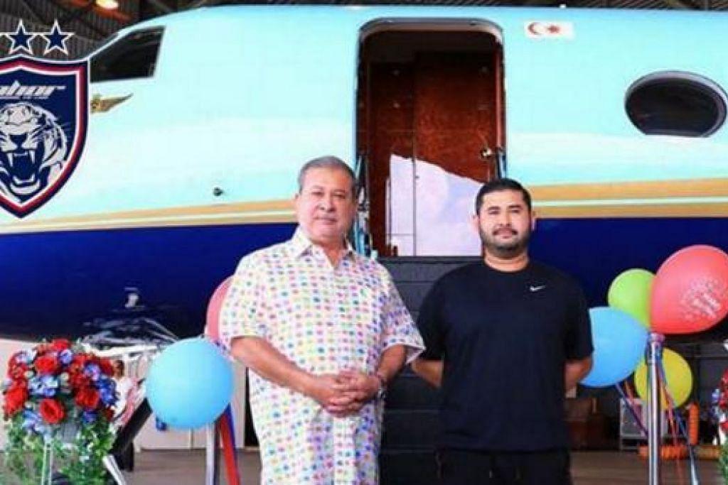 HADIAH ISTIMEWA: Sultan Ibrahim dan Tunku Ismail di samping pesawat peribadi yang merupakan hadiah hari keputeraan ke-31 Tuanku Mahkota Johor di hangar Lapangan Terbang Senai, Johor. - Foto FACEBOOK