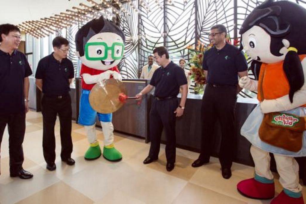 PEMBUKAAN RASMI: D'Resort @ Downtown East dilancar Encik Zainal Sapari semalam sambil diperhatikan (dari kiri) Ketua Pegawai Operasi NTUC Club, Encik Lim Eng Lee; Ketua Pegawai Eksekutif NTUC Club, Encik Yeo Khee Leng; dan Pengerusi Majlis Penasihat D'Resort, Encik Arasu Duraisamy. - Foto NTUC CLUB