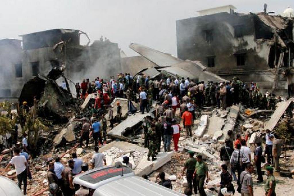 SEMUA RANAP: Begini keadaan kawasan perumahan di Medan apabila pesawat Hercules tentera Indonesia jatuh terhempas. - Foto AFP