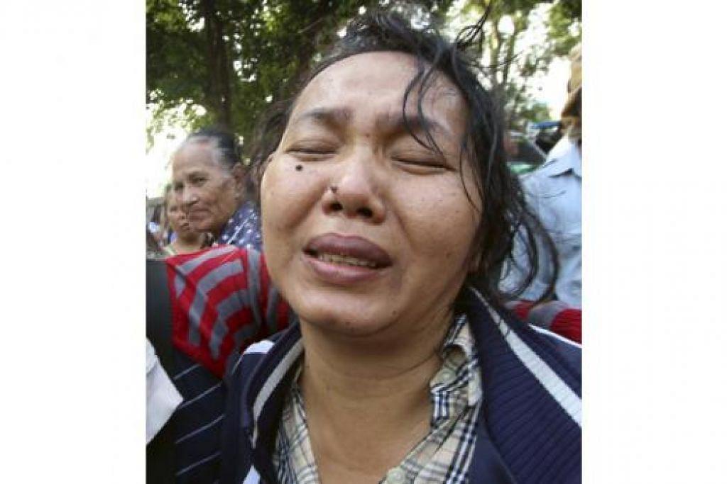 HIBA: Anggota keluarga mangsa nahas tidak dapat menahan sebak apabila kehilangan orang yang tersayang. - Foto REUTERS