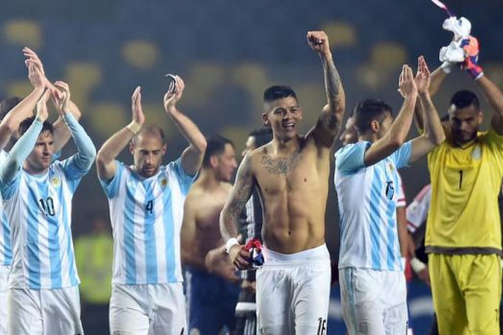 WAJAH SUKA DAN DUKA: Sedang para pemain Argentina, termasuk bintang Lionel Messi (jersi 10, gambar), meraikan kejayaan ke final Copa Amerika, para pemain Paraguay meninggalkan padang dengan penuh kecewa selepas kekalahan besar yang dialaminya itu. - Foto-foto REUTERS