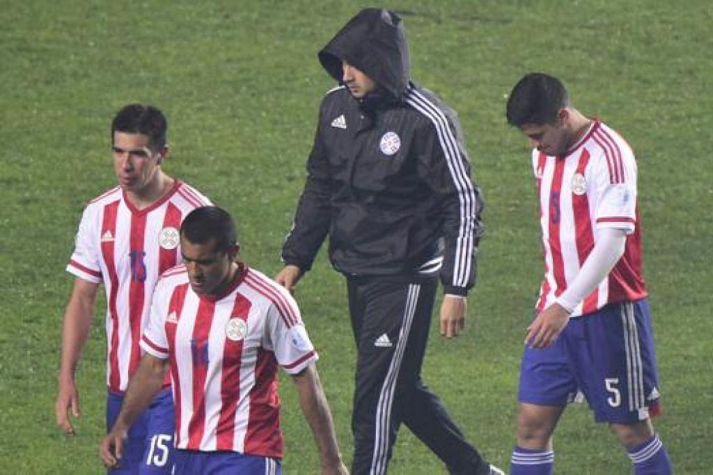 WAJAH SUKA DAN DUKA: Sedang para pemain Argentina, termasuk bintang Lionel Messi, meraikan kejayaan ke final Copa Amerika, para pemain Paraguay meninggalkan padang dengan penuh kecewa selepas kekalahan besar yang dialaminya itu (gambar). - Foto-foto REUTERS