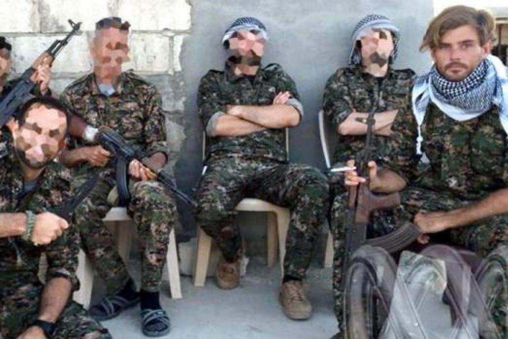 TERKORBAN: Encik Reece Harding (kanan) kelihatan bersama anggota militan Kurdi di Syria yang dikatakan disertai beliau sekitar Mei lalu. - Foto ABC
