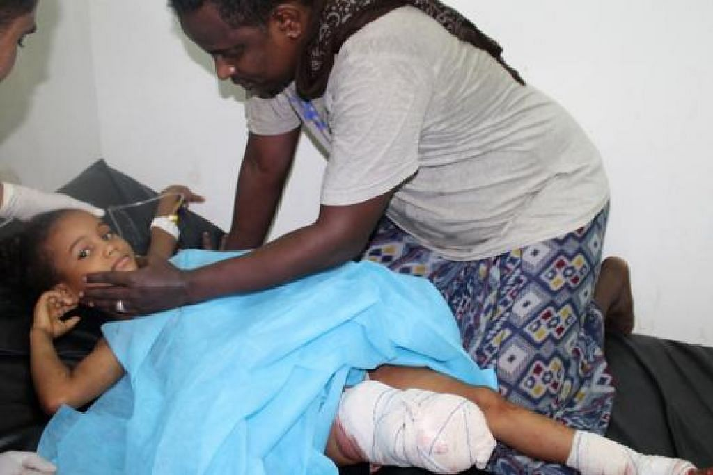 MANGSA: Seorang kanak-kanak cedera parah selepas bedilan roket pemberontak Houthi di Aden. - Foto AFP