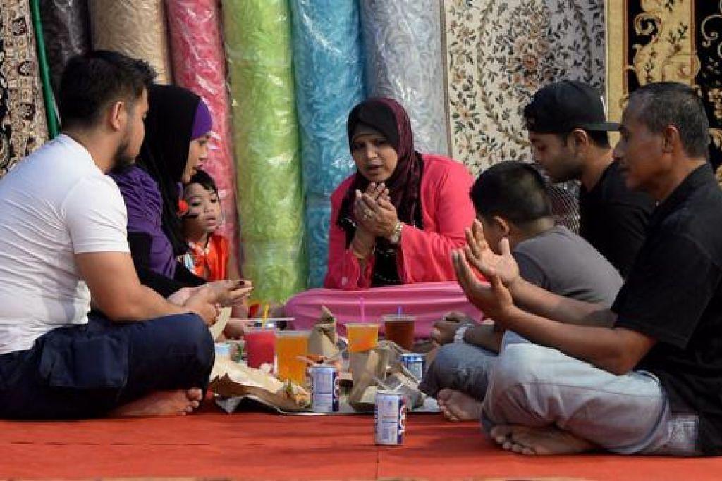 BUKA BERSAMA: Jadikan Ramadan peluang eratkan silaturahim antara keluarga agar anak dapat membesar secara holistik. - Foto fail