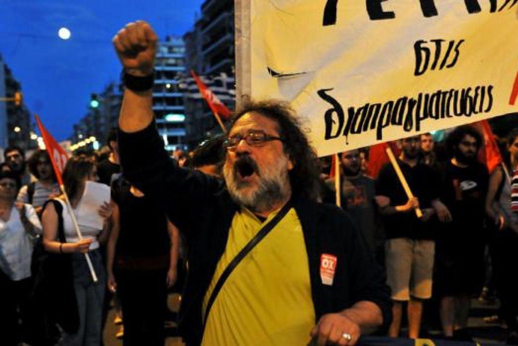 'TIDAK!': Seorang penunjuk perasaan melaungkan sloga bagi kempen 'tidak' di Thessaloniki kelmarin. Satu dalam dua warga Greece merancang mengundi 'tidak' dalam pungutan suara Ahad ini. - Foto AFP