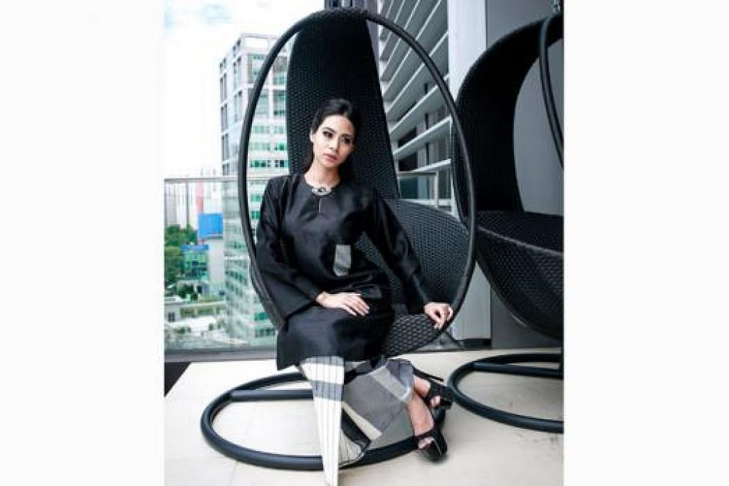 TREND TERBARU: Busana wanita yang dijual Mona J menggabungkan desain kain pelekat dan baju kurung potongan Pahang. Bagi memberikan sentuhan klasik, saku kecil diletakkan di bahagian atas baju.