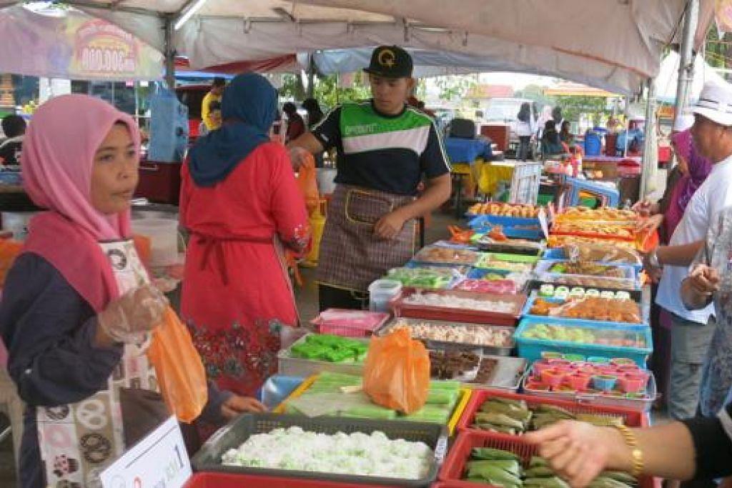 RAHMAT BAGI PENJAJA DI JB: Kekurangan pelanggan akibat kenaikan harga kuih Raya dan makanan berbuka puasa diimbangi kehadiran ramai warga Singapura yang mahu memanfaatkan penurunan ringgit Malaysia. - Foto AZAHAR MOHD