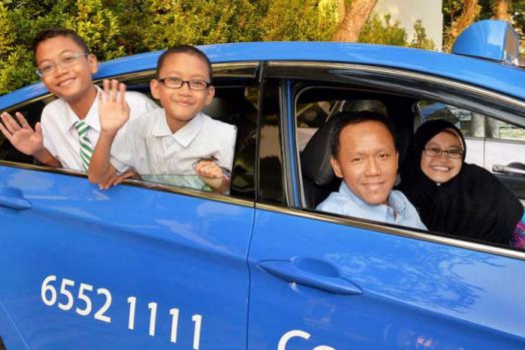 RAIH ANUGERAH: Muhammad Darwisy Iskandar (bertali leher) dan adiknya, Muhammad Daiyan Iskandar, menerima anugerah berupa wang daripada ComfortDelGro Taxis bagi keputusan peperiksaan cemerlang tahun lepas. - Foto M.O. SALLEH