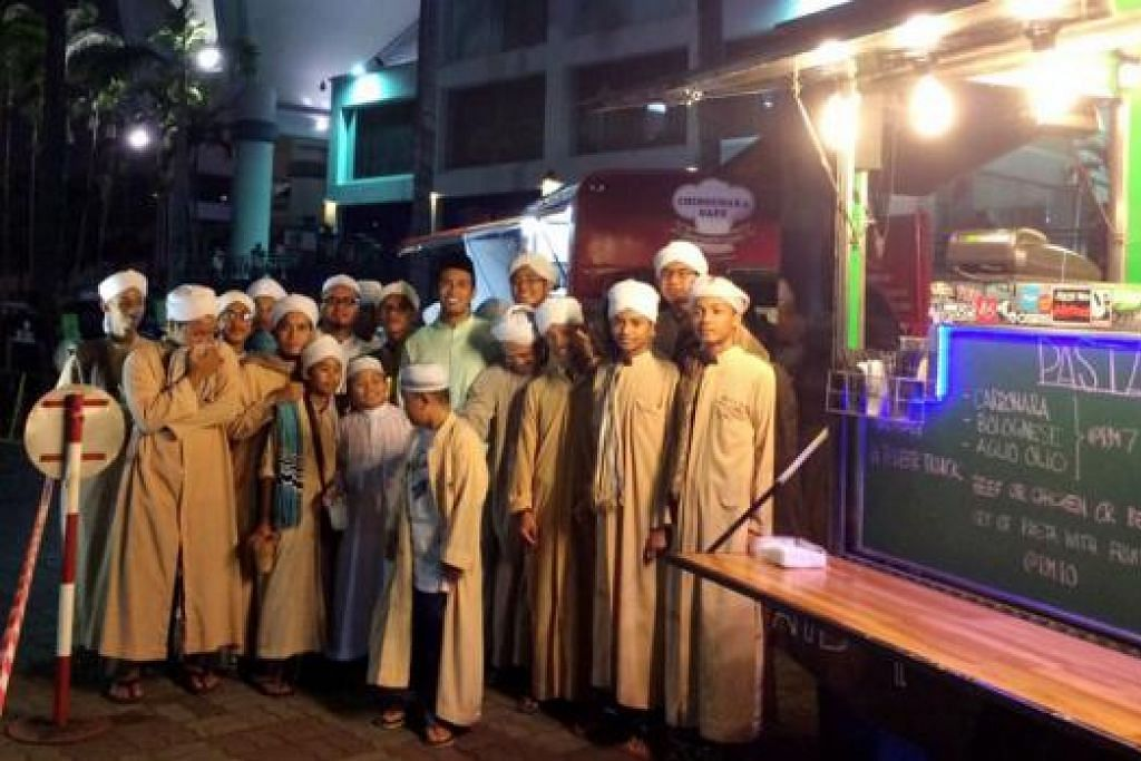 TURUT BANTU KUMPUL DANA BAGI PELAJAR TAHFIZ: Peminat boleh menemui Remy Ishak (berbaju hijau, atas) di tapak bazar Ramadan Istana Budaya bagi sesi bertemu peminat sambil beramal. - Foto-foto SAODAH ISMAIL