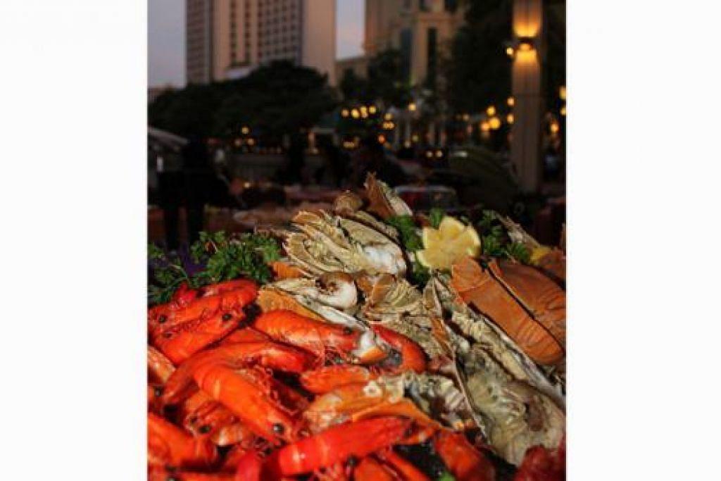 MENYELERAKAN: Pelbagai hidangan antarabangsa dan tempatan disediakan khas untuk berbuka puasa di restoran The Promenade di hotel Grand Copthorne Waterfront. - Foto-foto GRAND COPTHORNE WATERFRONT HOTEL