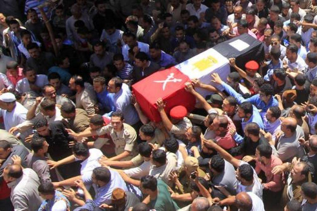 MANGSA SERANGAN: Penduduk Mesir mengiringi jenazah seorang anggota tentera yang terkorban dalam serangan kumpulan militan ISIS. - Foto AFP
