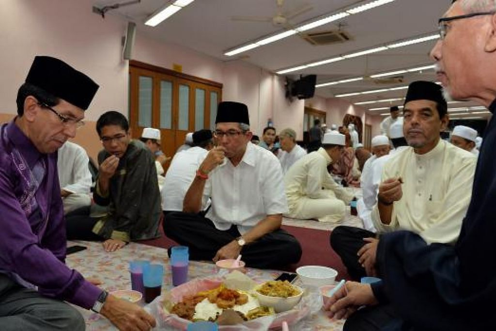 Dr Yaacob Ibrahim (tengah) menghadiri majlis iftar yang diadakan di Masjid Darul Ghufran, semalam. Beliau disertai beberapa pemimpin politik termasukMenteri Negara (Pembangunan Negara merangkap Pertahanan), Dr Mohamad Maliki Osman (dua dari kiri); Presiden Muis, Haji Mohd Alami Musa (kiri); Ketua Eksekutif Muis, Haji Abdul Razak Maricar (dua dari kanan); dan Pengerusi Masjid Darul Ghufran, Encik Mirza Abdul Matin Mirza Abdul Majid (kanan). FOTO: M.O. SALLEH