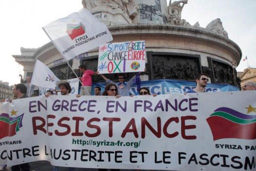 BERI SOKONGAN: Rakyat Perancis mengadakan bantahan di Paris bagi menyokong rakyat Greece yang akan keluar mengundi dalam pungutan suara pada Ahad ini. - Foto AFP