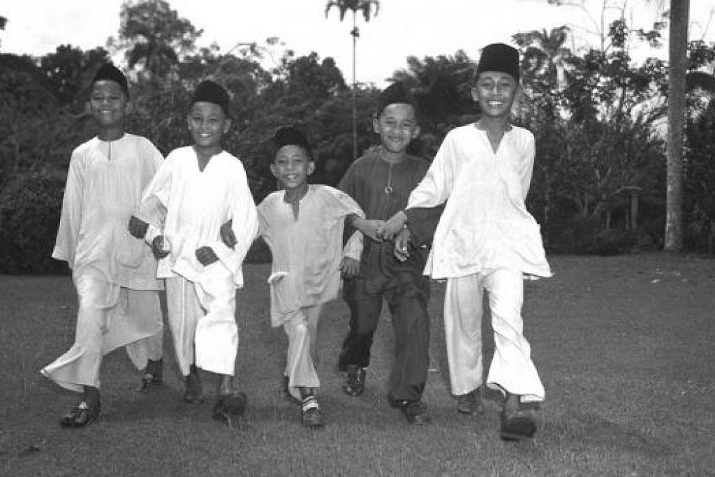 YOK HARI RAYA: Kanak-kanak daripada Sekolah Melayu Kota Rajah telah berkunjung ke Taman Bunga bagi menyambut Hari Raya dalam gambar yang dipetik pada 24 Jun 1952.