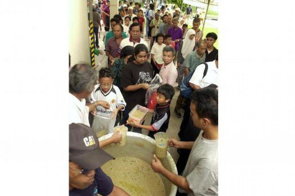 BUBUR RAMADAN: Penduduk tanpa mengira kaum turut mendapat agihan bubur Ramadan di masjid atau kolong blok.