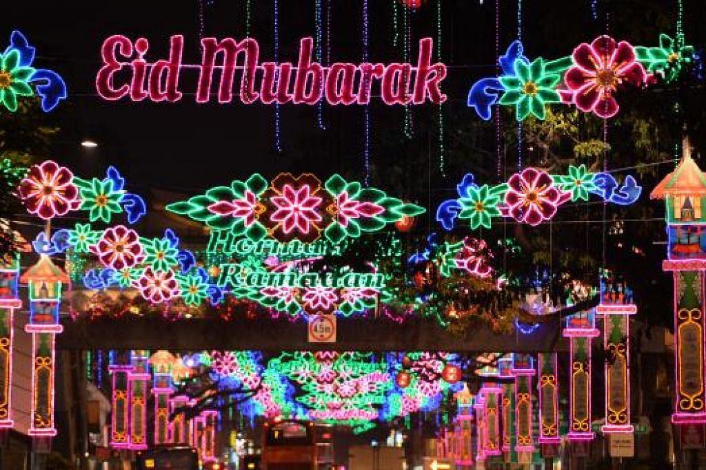 TERANG-BENDERANG: Hiasan lampu bertemakan kehidupan kampung dan budaya Melayu menghiasi kawasan Geylang Serai sepanjang Ramadan ini. – Foto-foto M.O. SALLEH