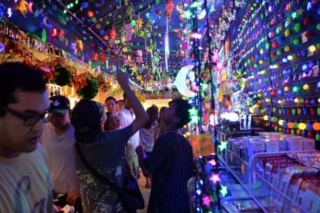 PILIH YANG MANA SUKA: Pelbagai bentuk dan saiz lampu lap-lip ditawarkan kepada orang ramai untuk menghiasi rumah Syawal ini.