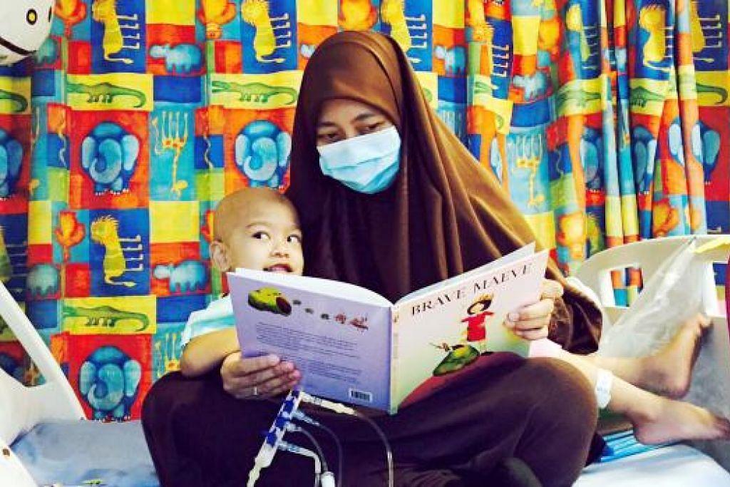 GEMAR MEMBACA: Itulah yang kerap dilakukan Cik Faezah demi mengisi masa bersama Nusaybah di hospital. - Foto ihsan FAEZAH ZAITON