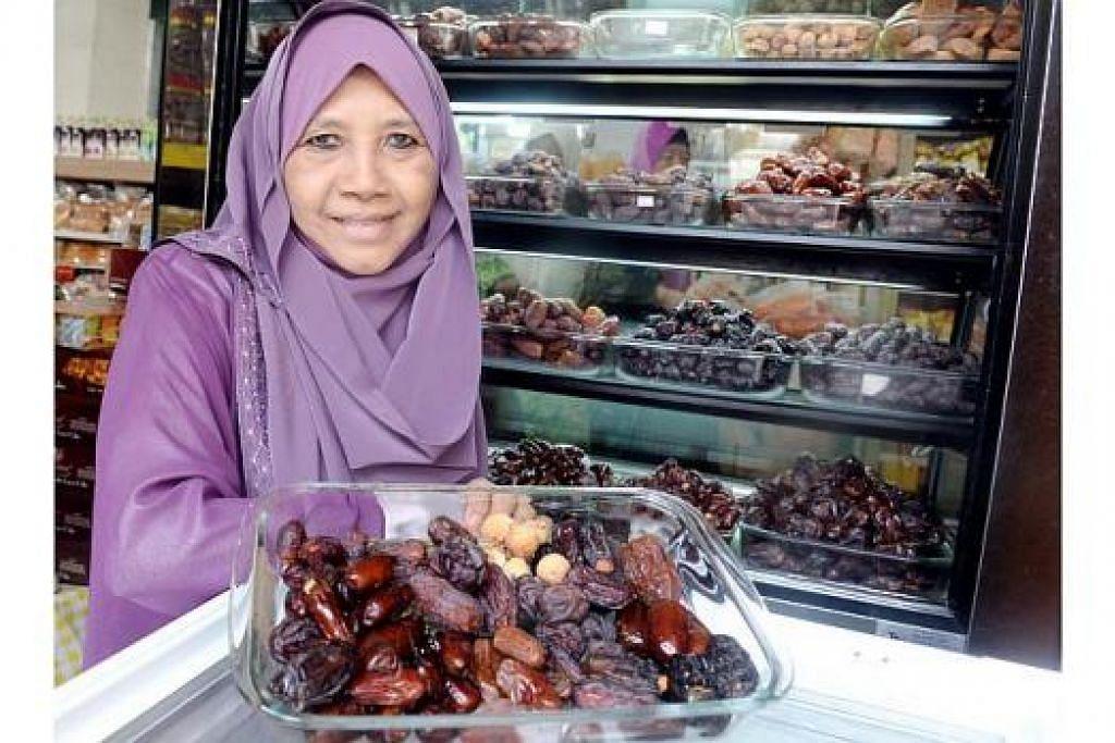 ANEKA KURMA KEGEMARAN RAMAI: Menjual aneka kurma dan menerangkan khasiatnya kepada para pelanggan memberi kepuasan kepada Cik Sofea, pemilik syarikat Al-Barakah. - Foto TAUFIK A. KADER