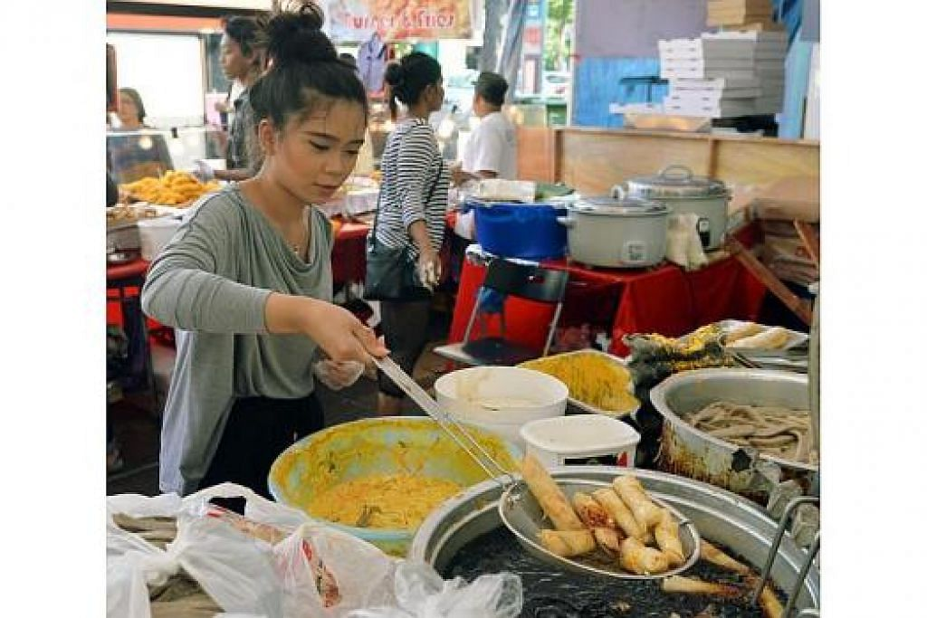 MENCUBA SESUATU YANG BARU: Wartawan Berita Harian, Anisa Abdullah, ghairah menggoreng kuih kegemaran pelanggan di bazar Ramadan Geylang Serai walaupun tidak mempunyai banyak pengalaman memasak.