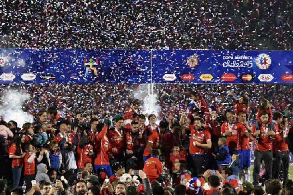 RAIKAN KEMENANGAN: Para pemain Chile dengan Piala Amerika yang dimenangi mereka selepas menewaskan Argentina 4-1 melalui penalti. - Foto AFP