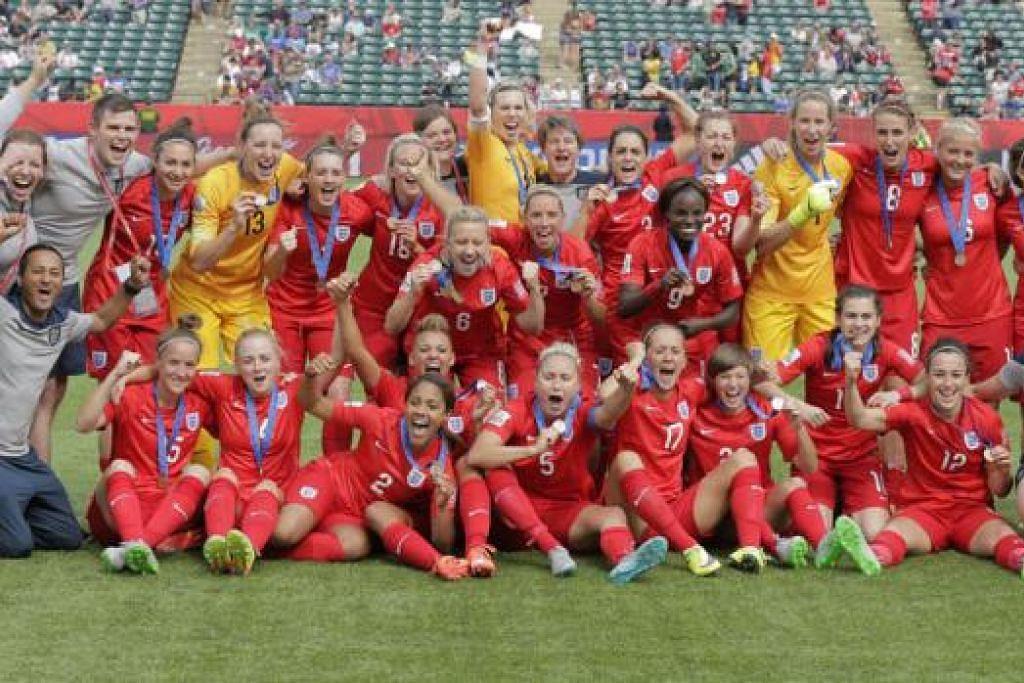 RAI KEJAYAAN: Para pemain England meraikan pencapaian mereka menduduki tempat ketiga di Piala Dunia Wanita selepas mengalahkan pasukan nombor satu dunia, Jerman. - Foto REUTERS