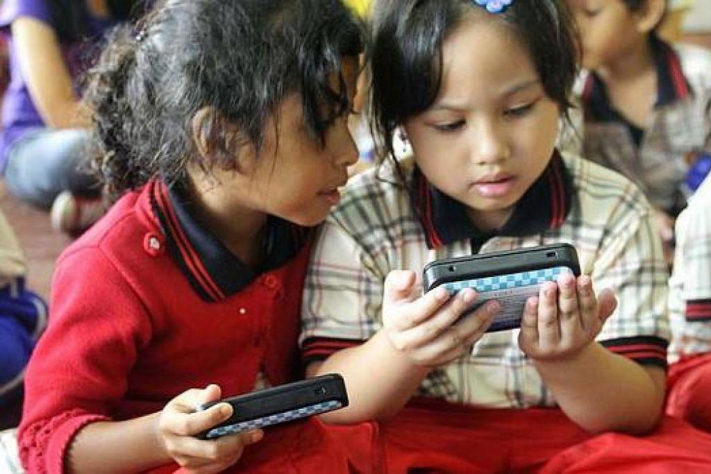 BERANI BERIMAGINASI: Galakkan anak berimaginasi dengan cara sihat termasuk mencipta rekaan sains sehingga mengarang. - Foto hiasan