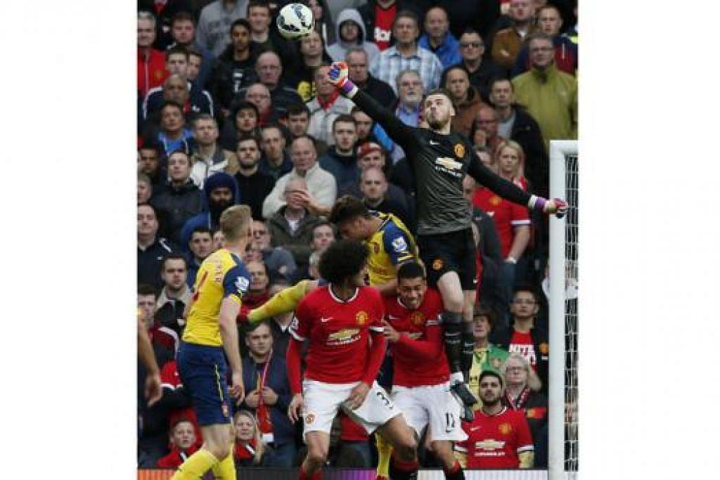SATU KELUAR?: Penjaga gawang United, David de Gea (tengah) kian hampir ke pintu keluar Old Trafford. - Foto REUTERS