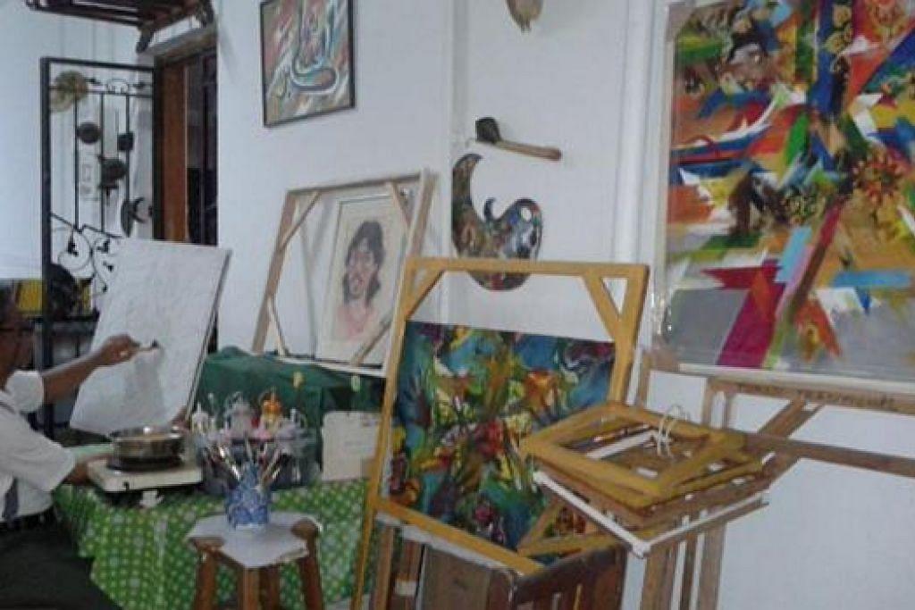 KORIDOR JADI SERAMBI: Koridor flat pelukis batik, Encik Tumadi Patri, yang dijadikan tempat untuk melukis dan menemui tetamu dan pelanggan. - Foto ihsan TUMADI PATRI.