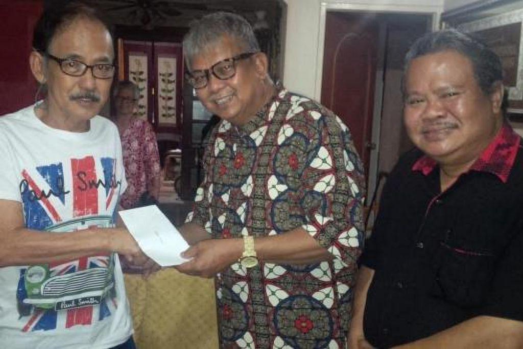 PRIHATIN: (Dari kiri) Samad Ayob menerima derma $500 daripada projek Kami Peduli anjuran Life Records dan Orange Promotions yang disampaikan oleh Husin Saaban dan Alias Kadir. - Foto LIFE RECORDS