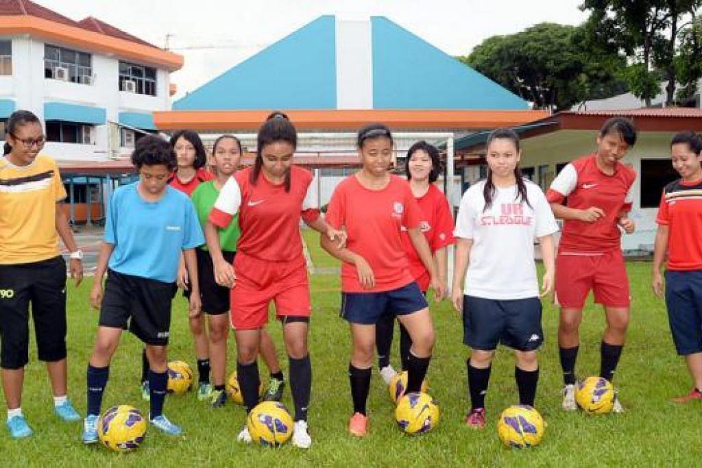 BERSEMANGAT DAN BERAZAM TINGGI: Sekalipun ini kali pertama bakal beraksi di Sukan Dunia Olimpik Istimewa, pasukan bola sepak wanita negara yang termasuk kapten pasukan, Salbiah Zakaria (tiga dari kiri), berazam menunjukkan permainan baik. Membimbing mereka ialah Aznita Md Amin (paling kanan) dan Tengku Nur Hazwani Tuan Ibrahim (kiri, berbaju kuning). - Foto JOHARI RAHMAT